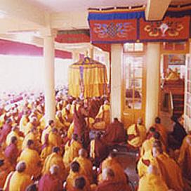 長い年月をかけて修行してきた高僧・尼僧たちです。